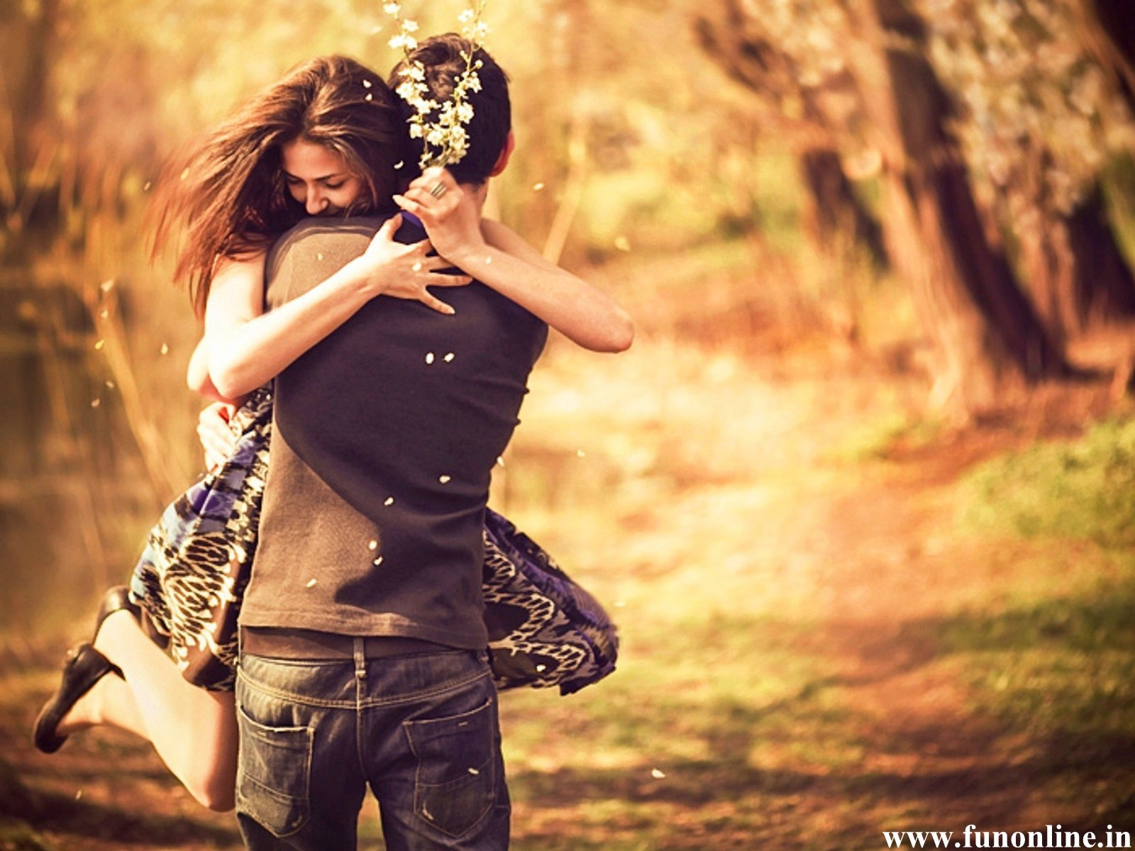 Pleasing-Couple-Love-Hug-Wallpaper[1]
